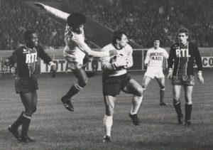 Ilja Pantelic se saisit du ballon malgré Jairzinho, sous les yeux de Pierre Bajoc, Emon et Eric Renaut