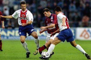 Alain Roche et patrick Colleter tentent d'arrêter Zidane
