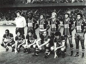 Les parisiens au coup d'envoi. Debout de gauche à droite : Bensoussan, Adams, Redon, Justier, Pilorget et Lokoli. Accroupis : M'Pelé, Moraly, Larqué, Bianchi, Dahleb.