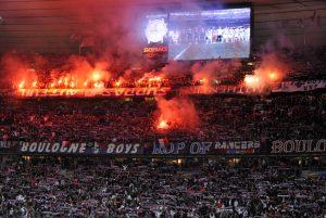 La tribune réservée aux supporters parisiens à l'entrée des joueurs
