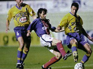 Marco Simone entre deux défenseurs sochaliens