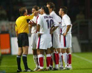L'arbitre, Monsieur Moulin, aura fort à faire avec pas moins de quatre joueurs, dont trois parisiens, qui prendront une douche anticipée!
