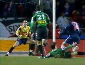 Le tournant du match: Elzéard fauche Fiorese dans la surface: penalty et carton rouge!