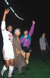 Amara Simba et Joël Bats entourent le président Borelli et saluent le public du Parc