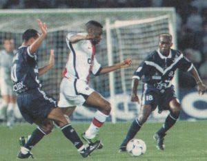 Augustine Okocha en dribble