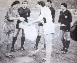 L'échange des fanions entre Luis Fernandez et le capitaine hongrois