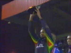Le capitaine parisien brandit le trophée