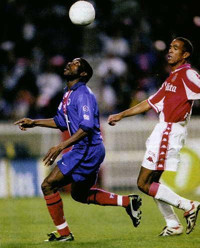 Le même Okocha qui semble faire ce qu'il veut de la balle!