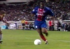 Débordement d'Augustine Okocha, qui va servir Yann Lachuer pour l'unique but du match