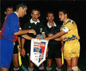 Paul Le Guen et le capitaine chypriote avant le coup d'envoi