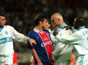 Ravanelli ne se contente pas de tricher en obtenant des penalties imaginaires, il sait aussi se montrer agressif...