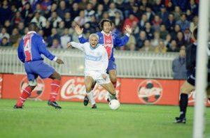 Ravanelli s'écroule dans la surface… et obtient indûment un penalty qui sera transformé par Blanc.