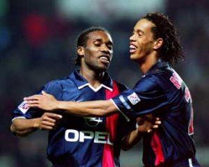 Jayjay Okocha et Ronaldinho célèbrent le but parisien (Ch. Gavelle)