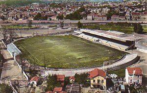Le stade Paul-Pibarot dans les années 50. En 1985, seule la tribune latérale sur la gauche avait été agrandie.