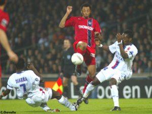 Edouard Cissé face à Diarra et Essien (Ch. Gavelle)