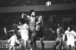 Humberto s'élève plus haut que les défenseurs sétois pour inscrire le 2ème but parisien