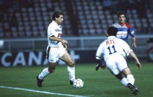 Safet Susic balle au pied devant Christian Pérez
