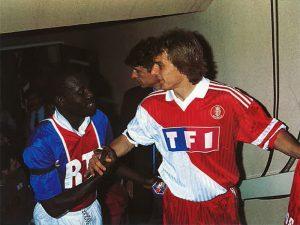 George Weah et Klinsmann se saluent avant le match
