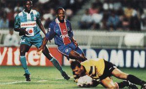 Le gardien caennais s'empare du ballon devant Julio Cesar Dely Valdes