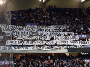 Les supporters parisiens clament leur amour du club en dépit des vicissitudes