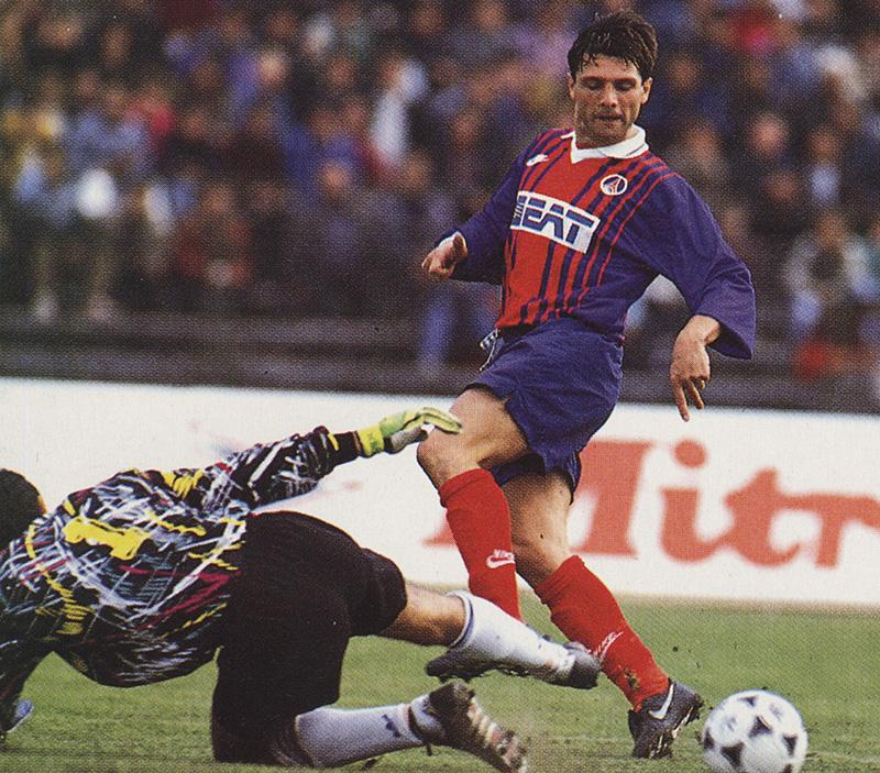 Laurent Fournier tente de tromper le gardien roumain