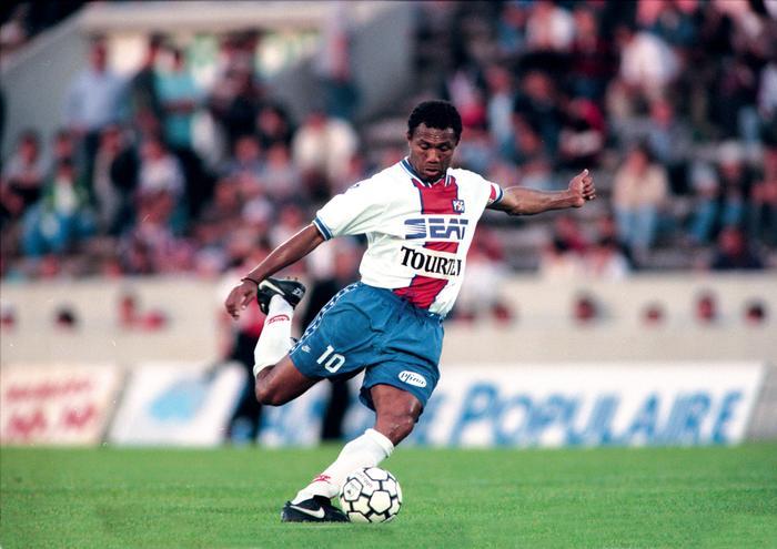 Antone Kombouaré balle au pied