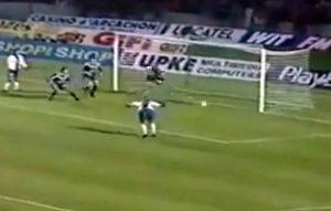 Patrice Loko à la reception d'un centre de Leonardo réduite le score de la tête : 2-1