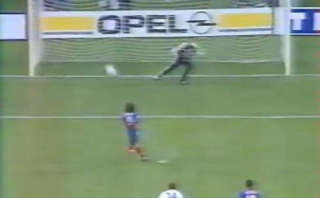 Marco Simone prend Hugues à contre-pied et ouvre le score...