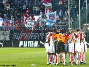 Une minute de silence, respectée par les joueurs et les supporters (Ch. Gavelle)