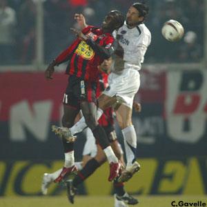 Mario Yepes à la lutte dans les airs (Ch. Gavelle)