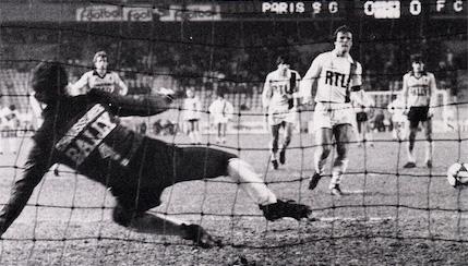 Dominique Bathenay transforme le penalty et ouvre la marque pour le PSG (archives MK)