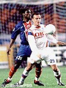 Aliou Cissé essaye de contenir l'ex-parisien (Ch. Gavelle)