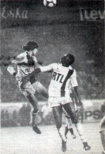 L'attaquant parisien Nambatingue Toko devancé par le défenseur lavallois Zvunka. L'image résume le match. (JC Pajon)