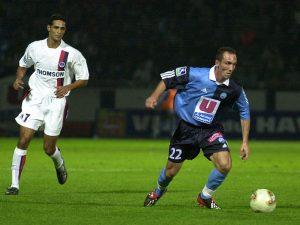Lesage balle au pied, devant André Luiz