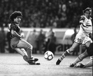 Maradona suivi des yeux par Jean-Claude Lemoult