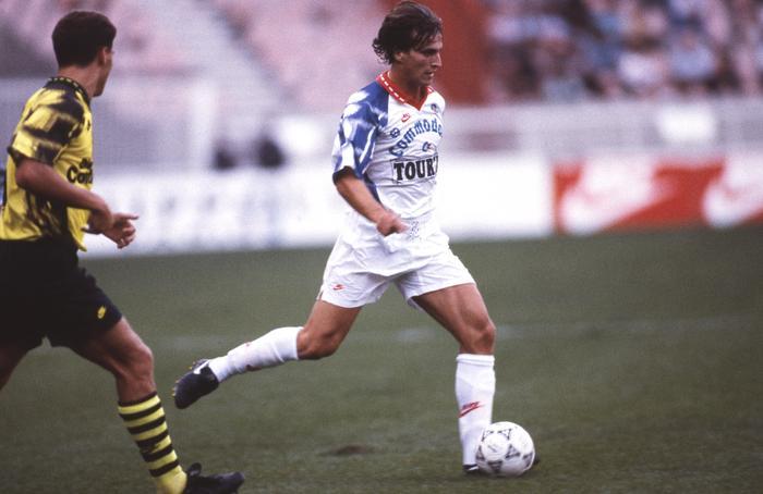 Davide Ginola balle au pied...