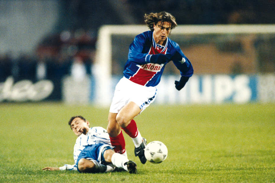 David Ginola échappe à un tacle