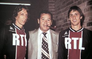Just Fontaine posant entre Dogliani et Cruijff