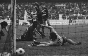 Jean-Pierre Adams ne peut que constater les dégâts: le ballon d'Alberto vient mourir au fonds des filets de Baratelli...