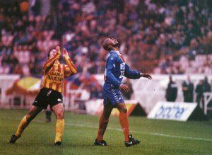Bernard Allou et un martégal à la recherche du ballon... (L. Merle)