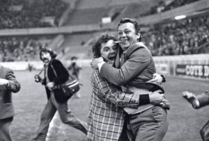 La joie de Just Fontaine au coup de sifflet final : le Paris-SG est en D1!