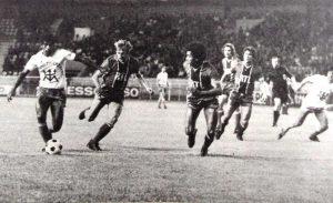 Zimako déborde Denis Bauda mais a encore Dominique Lokoli sur sa route (Corse Football)