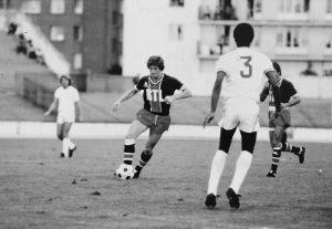Jean-Michel Larqué balle au pied