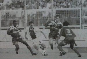 Youri Djorkaeff au milieu de trois Bastiais (photo G. Baldocchi, source : Corse Football)