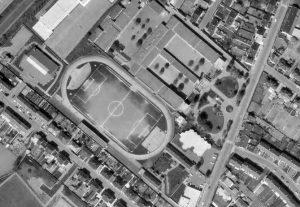 Vue aérienne du stade Arthur Buyse (pour le match contre le PSG, des tribunes ont été ajoutées derrière les buts)