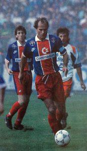 Bruno Germain balle au pied, devant Pierre Reynaud et Ziober