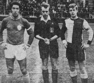 Jean Djorkaeff, le capitaine parisien, posant avec son homologue havrais et l'arbitre, Monsieur Verbeke
