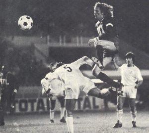 Le capitaine Jean-Pierre Dogliani à la lutte avec Guesdon (de dos), sous les yeux de Chomet (masqué) et d'une vieille connaissance du club, Guignedoux