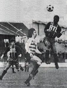 François m'Pelé devance Granier, sous les yeux de Mustapha Dahleb