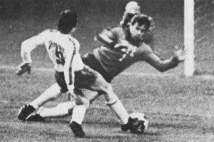 Sortie de Ilja Pantelic sur Bernard Lacombe qui n'empêchera pas l'ouverture du score de l'attaquant lyonnais